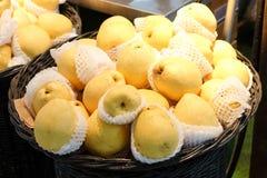 Πολλά ασιατικά αχλάδια στο καλάθι στην αγορά για το υπόβαθρο φρούτων ή tex Στοκ φωτογραφία με δικαίωμα ελεύθερης χρήσης