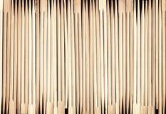 Πολλά ασιατικά ξύλινα chopsticks τακτοποίησαν σε ένα υπόβαθρο σειρών Στοκ Εικόνα