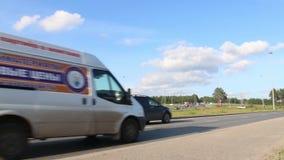 Πολλά αυτοκίνητα, λεωφορεία κινούνται στο δρόμο φιλμ μικρού μήκους