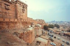 Πολλά αυτοκίνητα που σταθμεύουν μετά από το ιστορικό οχυρό Jaisalmer με τους πύργους πετρών Thar εγκαταλείπουν, Rajasthan της Ινδ Στοκ φωτογραφίες με δικαίωμα ελεύθερης χρήσης