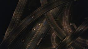 Πολλά αυτοκίνητα στην τεράστια οδική σύνδεση Νύχτα στην ανταλλαγή αυτοκινητόδρομων 4k κεραία φιλμ μικρού μήκους