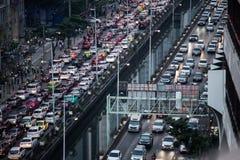 Πολλά αυτοκίνητα στο δρόμο στοκ εικόνα με δικαίωμα ελεύθερης χρήσης