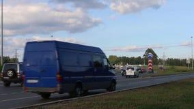 Πολλά αυτοκίνητα, φορτηγά κινούνται στο δρόμο ασφάλτου στη θερινή ημέρα απόθεμα βίντεο