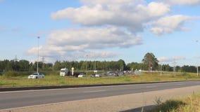 Πολλά αυτοκίνητα, φορτηγά κινούνται στο δρόμο στην ηλιόλουστη θερινή ημέρα, χρονικό σφάλμα φιλμ μικρού μήκους