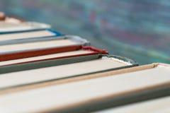 Πολλά βιβλία σε ένα βιβλιοπωλείο ή μια βιβλιοθήκη Στοκ φωτογραφίες με δικαίωμα ελεύθερης χρήσης
