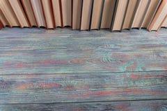 Πολλά βιβλία σε ένα χρωματισμένο ξύλινο υπόβαθρο Στοκ φωτογραφία με δικαίωμα ελεύθερης χρήσης