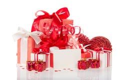 Πολλά διαφορετικά κιβώτια δώρων, παιχνίδια Χριστουγέννων - σφαίρες, μικρά δώρα, που απομονώνονται στο λευκό Στοκ Φωτογραφίες