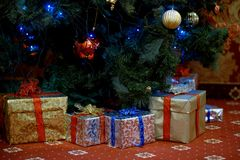 Πολλά δώρα Χριστουγέννων κάτω από το δέντρο έλατου Στοκ εικόνες με δικαίωμα ελεύθερης χρήσης