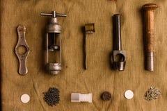 Πολλά εξαρτήματα για το ξαναφόρτωμα των κασετών κυνηγιού βρίσκονται στον παλαιό στοκ φωτογραφία