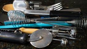 Πολλά εργαλεία κουζινών που συγκεντρώνονται μαζί στο μετρητή στοκ φωτογραφία με δικαίωμα ελεύθερης χρήσης
