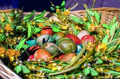 Πολλά ζωηρόχρωμα αυγά Πάσχας στο πλήθος Στοκ Εικόνα