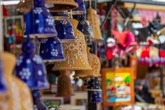 Πολλά ζωηρόχρωμα κουδούνια σε ένα μικρό κατάστημα στις οδούς του Λουμπλιάνα στοκ εικόνα με δικαίωμα ελεύθερης χρήσης