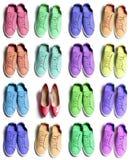 Πολλά ζωηρόχρωμα φίλαθλα παπούτσια πάνινων παπουτσιών με κομψά υψηλά τακούνια στο άσπρο υπόβαθρο στοκ εικόνα με δικαίωμα ελεύθερης χρήσης