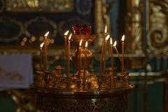 Πολλά καίγοντας κεριά κεριών στη Ορθόδοξη Εκκλησία Στοκ Φωτογραφία