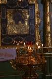 Πολλά καίγοντας κεριά κεριών στη Ορθόδοξη Εκκλησία Στοκ εικόνα με δικαίωμα ελεύθερης χρήσης