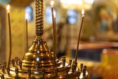 Πολλά καίγοντας κεριά κεριών στη Ορθόδοξη Εκκλησία στοκ φωτογραφίες
