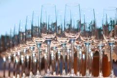 Πολλά κενά γυαλιά κρασιού Κλείστε επάνω στη σειρά των γυαλιών προετοιμάζεται στην υπηρεσία για το κόμμα γευμάτων Στοκ Φωτογραφίες