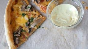 Πολλά κομμάτια της πίτσας με τις διαφορετικές γαρνιτούρες, ελιές, κοτόπουλο, μανιτάρια, τυρί, μπέϊκον, σαλάμι, πρασινίζουν δίπλα  απόθεμα βίντεο