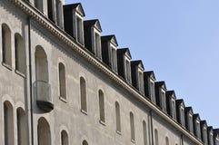 Πολλά μικρά Windows στη στέγη ενός κτηρίου Στοκ Φωτογραφίες