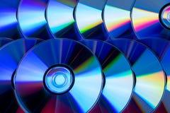 Πολλά μουσικά CD με ένα φάσμα ουράνιων τόξων των χρωμάτων όπως Στοκ Εικόνες