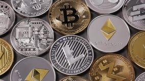 Πολλά νομίσματα μετάλλων crypto του νομίσματος LTC, ETH, BTC, XMR, XRP, ΕΞΌΡΜΗΣΗ σε ένα σκοτεινό υπόβαθρο κίνηση αργή 1080p πλήρε απόθεμα βίντεο