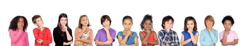 Πολλά παιδιά που σκέφτονται ή φαντάζονται Στοκ φωτογραφία με δικαίωμα ελεύθερης χρήσης