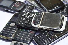 Πολλά παλαιά κινητά τηλέφωνα Ομάδα αποβλήτων ε Στοκ Φωτογραφίες