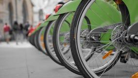 Πολλά ποδήλατα για το μίσθωμα στις οδούς του Παρισιού Οπίσθια ρόδα κινηματογραφήσεων σε πρώτο πλάνο Στο κλίμα πηγαίνετε παραγνωρι απόθεμα βίντεο