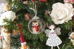 Πολλά πράγματα κρεμούν στο χριστουγεννιάτικο δέντρο: Άγιος Βασίλης, κουδούνια και σφαίρες, άτομο μελοψωμάτων και κάλαμοι καραμελώ Στοκ εικόνα με δικαίωμα ελεύθερης χρήσης