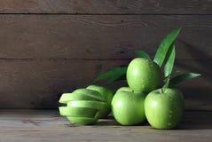 Πολλά πράσινα μήλα με τις πτώσεις του νερού στοκ φωτογραφία