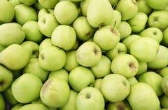 πολλά πράσινα juicy φρούτα μήλων στην αγορά Στοκ Φωτογραφία