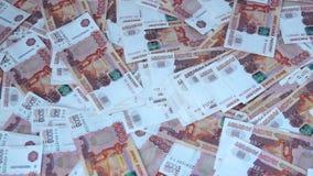 Πολλά ρωσικά τραπεζογραμμάτια 5000 ρουβλιών είναι στον πίνακα φιλμ μικρού μήκους