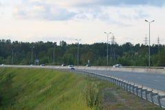 Πολλά σύγχρονα αυτοκίνητα κινούνται στη σύγχρονη εθνική οδό Στοκ Φωτογραφία