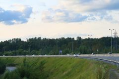 Πολλά σύγχρονα αυτοκίνητα κινούνται στη σύγχρονη εθνική οδό Στοκ φωτογραφία με δικαίωμα ελεύθερης χρήσης