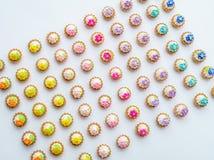 Πολλά τεχνητά cupcakes στην άσπρη επιφάνεια με το ρηχό βάθος του υποβάθρου τομέων Στοκ φωτογραφίες με δικαίωμα ελεύθερης χρήσης