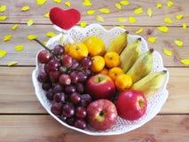 Πολλά φρούτα που είναι ευεργετικά στο σώμα βάζουν μαζί σε ένα W στοκ φωτογραφία