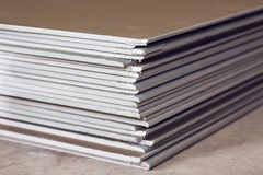 Πολλά φύλλα της γυψοσανίδας ή του ξηρού τοίχου κλείνουν επάνω σε ένα διαμέρισμα κατά τη διάρκεια στην κατασκευή, αναδιαμόρφωση, ε στοκ εικόνες με δικαίωμα ελεύθερης χρήσης