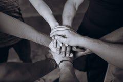 Πολλά χέρια που ενώνονται από κοινού μαύρο λευκό απομονωμένο έννοια λευκό ομάδων Στοκ φωτογραφία με δικαίωμα ελεύθερης χρήσης