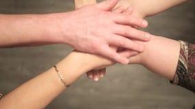 Πολλά χέρια που συγκεντρώνονται - ανώτερο σημείο άποψης απόθεμα βίντεο