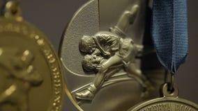 Πολλά χρυσά μετάλλια με την κινηματογράφηση σε πρώτο πλάνο κορδελλών tricolor Μετάλλιο για την πρώτη θέση στον ανταγωνισμό στο τζ Στοκ Εικόνες