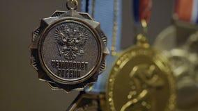 Πολλά χρυσά μετάλλια με την κινηματογράφηση σε πρώτο πλάνο κορδελλών tricolor Μετάλλιο για την πρώτη θέση στον ανταγωνισμό στο τζ Στοκ Φωτογραφία