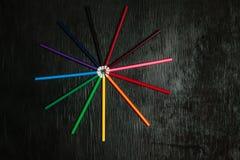 Πολλά χρωματισμένα μολύβια σε ένα μαύρο υπόβαθρο νέα μολύβια Στοκ Εικόνες