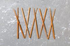 Πολλά chopsticks μπαμπού στο μαύρο υπόβαθρο πετρών τσιμέντου, τοπ άποψη με το διάστημα αντιγράφων πολλά ραβδιά σουσιών υπό μορφή στοκ φωτογραφία με δικαίωμα ελεύθερης χρήσης