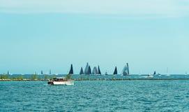 Πολλά sailboats που πλέουν σε μια λίμνη του Μίτσιγκαν Στοκ Εικόνες