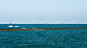 Πολλά sailboats που πλέουν σε μια λίμνη του Μίτσιγκαν Στοκ φωτογραφία με δικαίωμα ελεύθερης χρήσης