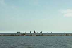 Πολλά sailboats που πλέουν σε μια λίμνη του Μίτσιγκαν Στοκ φωτογραφίες με δικαίωμα ελεύθερης χρήσης
