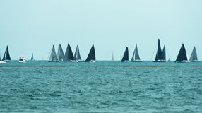 Πολλά sailboats που πλέουν σε μια λίμνη του Μίτσιγκαν Στοκ Φωτογραφία