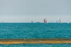 Πολλά sailboats που πλέουν σε μια λίμνη του Μίτσιγκαν Στοκ εικόνα με δικαίωμα ελεύθερης χρήσης