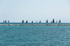 Πολλά sailboats που πλέουν σε μια λίμνη του Μίτσιγκαν Στοκ Φωτογραφίες