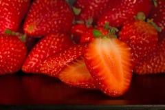 Πολλά strawbarries στο μαύρο δίσκο στοκ φωτογραφία